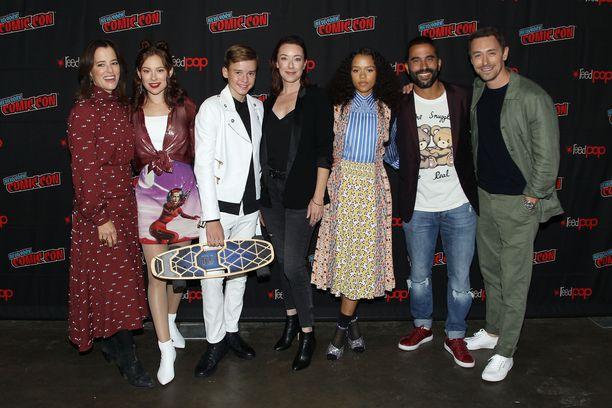 Kuvassa Lost in Space -sarjan näyttelijät Parker Posey, Mina Sundwall, Maxwell Jenkins, Molly Parker, Taylor Russell, Ignacio Serricchiop ja JJ Feild.