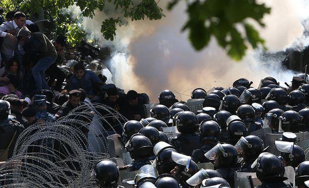 Kun Sarkisian ilmoitti tekevänsä itsestään pääministerin, mielenosoitukset muuttuivat paikoin väkivaltaisiksi.