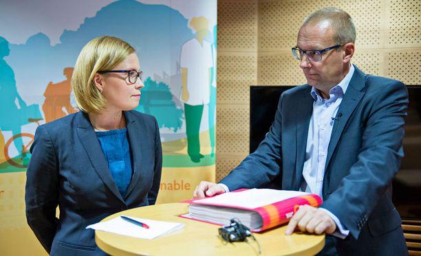 Laura Räty sai tänään JHL:n keräämät palkkakuitit.