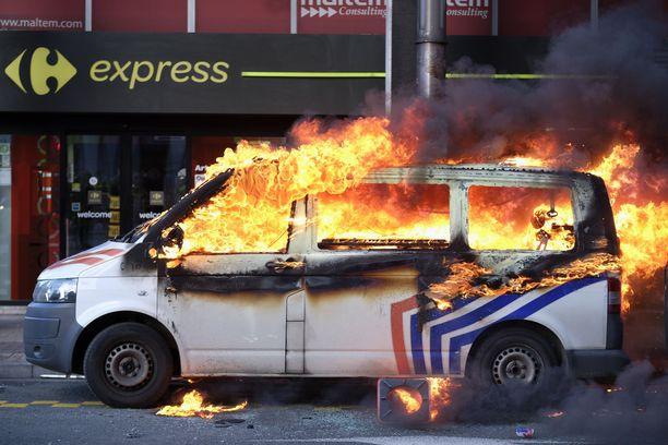 Poliisiauto poltettiin Brysselin keskustassa perjantaina.