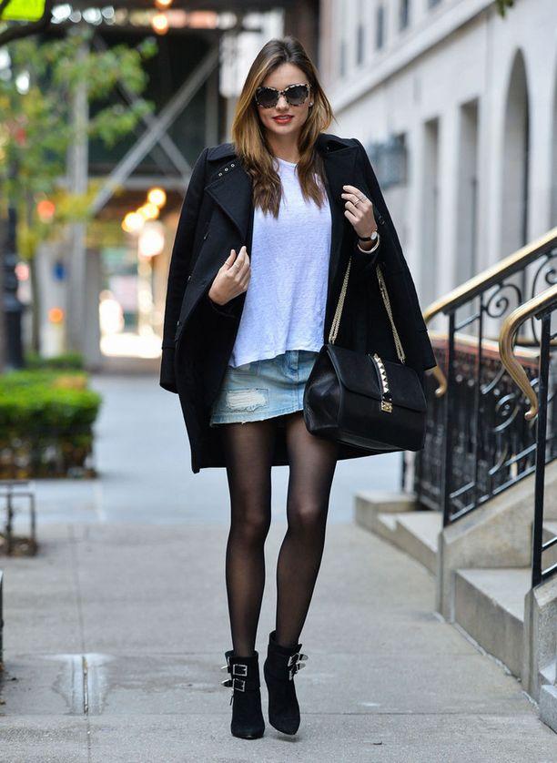 Miranda Kerr, 30, näyttää, miten minihame puetaan talviaikaan: yläosaksi viittamainen takki ja väljä paita, jalkoihin rouheat nilkkurit ja ehdottomasti mustat sukkahousut.