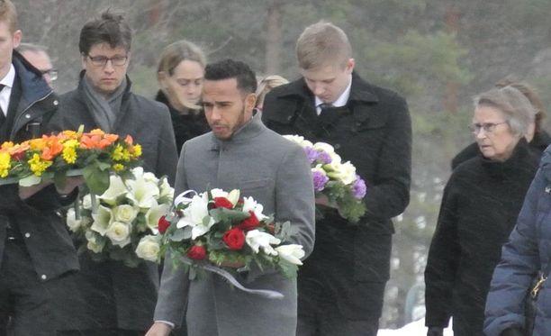 Aki Hintsa siunattiin haudan lepoon. Paikalla hautajaisissa on F1-tähti Lewis Hamilton, joka on perheen läheinen ystävä.