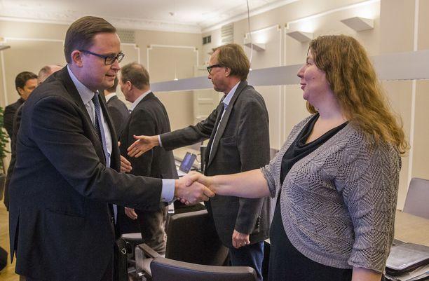 Postialan työtaistelujen loppu häämöttää. Tuomas Aarto (vas.) ja Heidi Nieminen (oik.) liittoineen ovat lähellä sopua.
