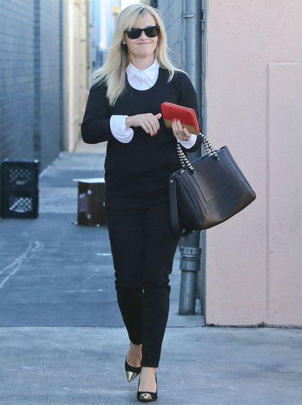Ylös asti napitetetut kaulukset ovat paitsi trendikkäät myös asialliset. Pue kauluspaita rennon neuleen alle kuin Reese Witherspoon.