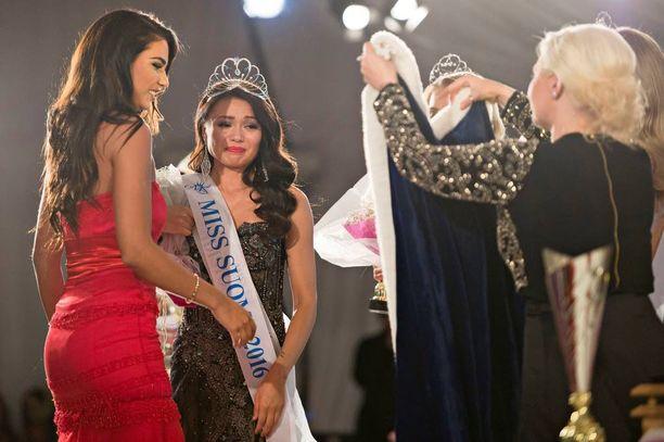 Viime vuoden Miss Suomi Rosa-Maria Ryyti (vas.) ja Sunneva Kantola (oik.) kruunasivat tuoreen Miss Suomen Shirly Karvisen.