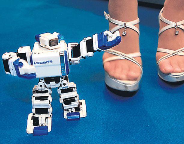 Guinnessin ennätysten kirjaan maailman pienimpänä kauko-ohjattuna robottina päässyt humanoidikummajainen hurmasi eilen Tokion lelumessuilla. Parisataa euroa maksava lelumies oli löytänyt tanssiparikseen hemaisevan mallin, jonka varpaille teknokääpiö ei taatusti ylety astumaan.