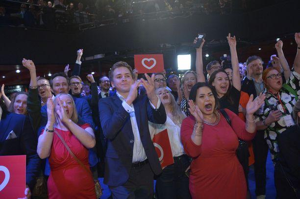 Demareiden vaalivalvojaisissa nähtiin kovaa riemua ja tanssimista.