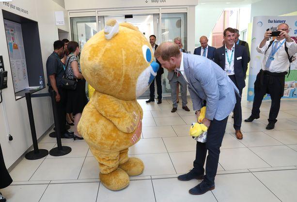 Prinssi Harry tapasi myös sairaalan maskottinallen.