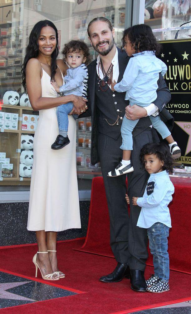 Zoe sekä hänen Marco-miehensä tekivät avioliiton myötä sukunimien vaihtokaupat. Kuvassa myös parin pojat Zen,1, sekä Cy ja Bowie, 3.