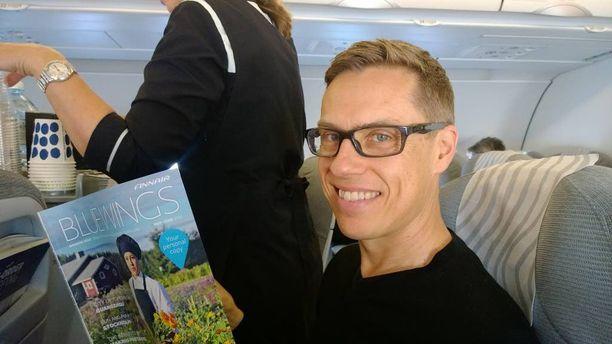 Valtiovarainministeri Alexander Stubb luki lentokoneessa Blue Wings -lehteä, jonka kolumnistina hän ollut jo yli 10 vuotta.