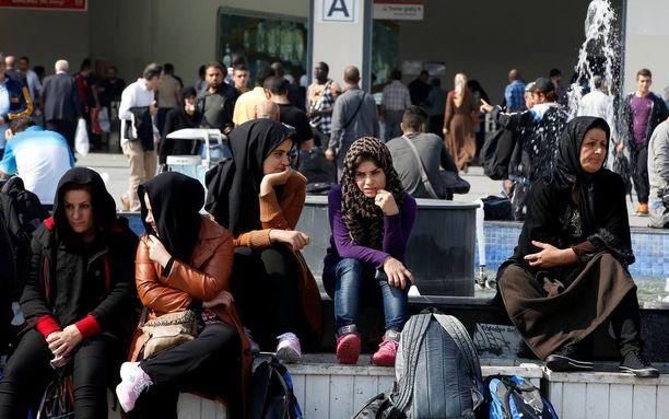 Syyrialaisia naisia ja tyttöjä Istanbulissa Aksarayn kaupunginosassa.