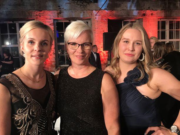 Vasemmalla Annin sisko Juuli Ahosola, keskellä äiti Päivi Harjunpää ja oikealla ystävä Noora Hyvärinen.