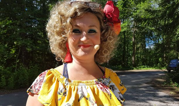 Näyttelijä asuu Porvoossa miehensä Panu Varstalan kanssa.