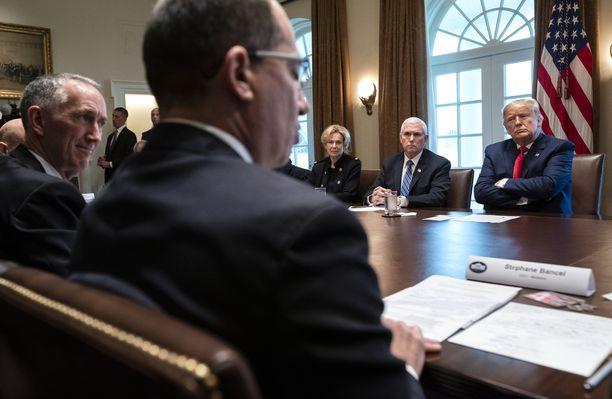 Modernan toimitusjohtaja Stephane Bancel (edessä) tapaamisessa Valkoisessa talossa 2. maaliskuuta. Oikealla takana USA:n presidentti Donald Trump.