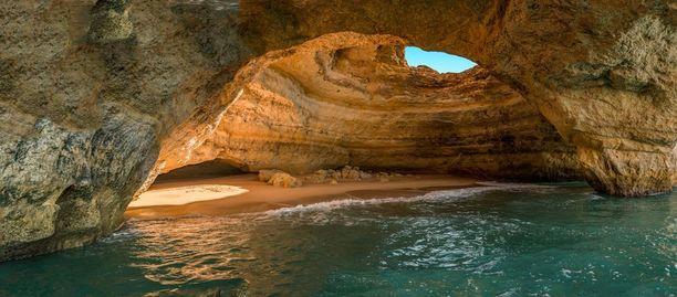 Portugalista löytyy ranta, joka on luolan sisällä.