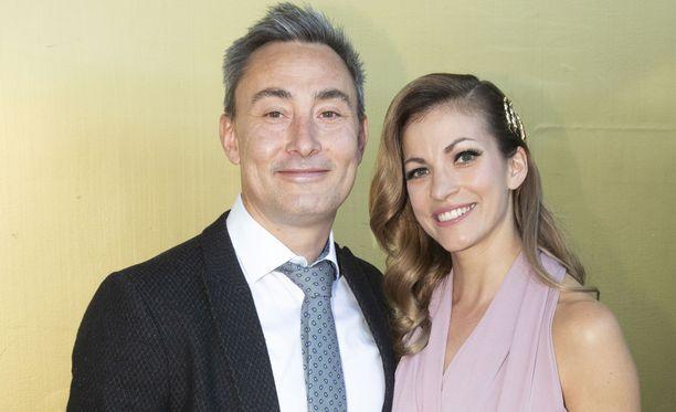 Joakim Arke ja Jenni Banerjee ovat pienen tyttären vanhemmat ja hevostilallisia.