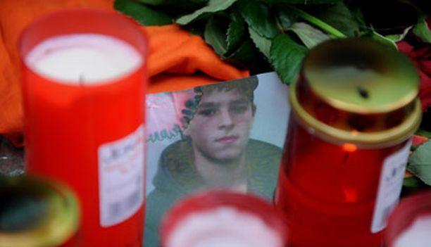 Järkyttyneet paikalliset toivat kukkia ja kynttilöitä supermarketin edustalle.