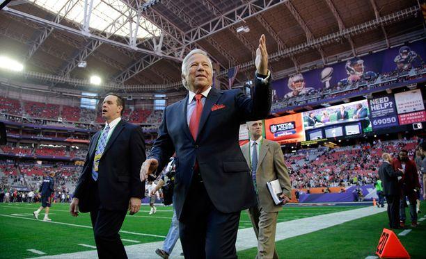 New England Patriotsin omistaja Robert Kraft saapui stadionille ennen ratkaisevaa peliä Arizonan Glendalessa.