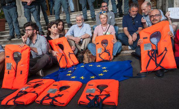Mielenosoitus siirtolaisten puolesta Roomassa, Italiassa viime maanantaina.
