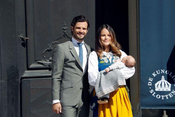 Prinssi Carl Philip ja prinsessa Sofia poseerasivat prinssi Alexanderin kanssa Ruotsin kansallispäivänä kesäkuun alussa.