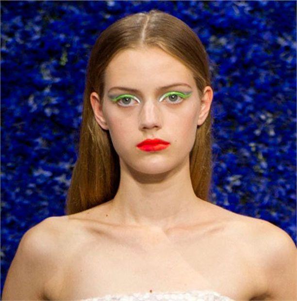 Diorin Haute Couture -näytöksessä mallit oli ehostettu upeasti hohtaviin silmämeikkeihin.