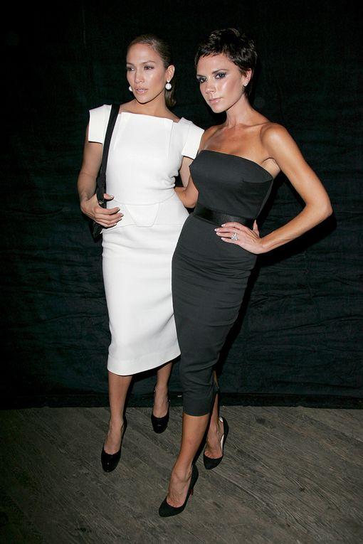 Jennifer Lopez Roland Mouratissaan vuonna 2008. Victoria Beckham on sittemmin luopunut ihonmyötäisistä pikkumustistaan.