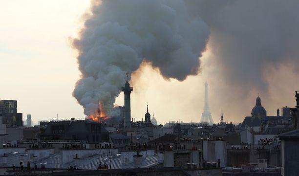 Sankka savupilvi kohosi alkuillasta Pariisin ylle. Taustalla Eiffel-torni.