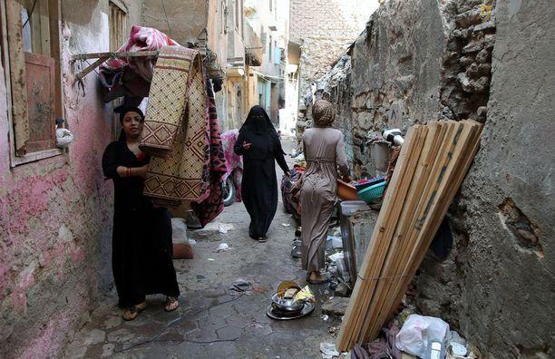 Egyptiläisiä naisia käveli Kairossa Maspero Trianglen slummissa viime viikolla.