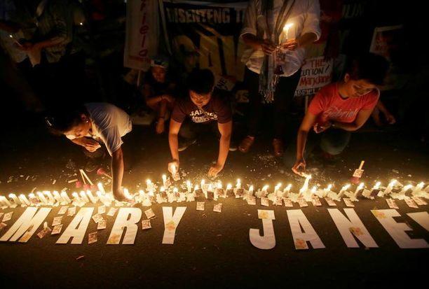 Mielenosoittajat sytyttivät kynttilöitä Mary Jane Veloson puolesta Indonesian suurlähetystön edustalla Filippiinien Makatissa, lähellä Manilaa.