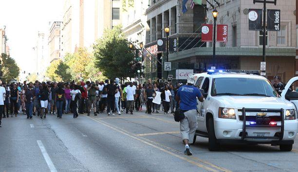Protestoinneissa otettu parikymmentä ihmistä kiinni.