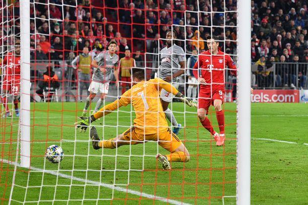 Robert Lewandowski varmisti voittomaalillaan Bayern Münchenin paikan 16 parhaan joukossa.
