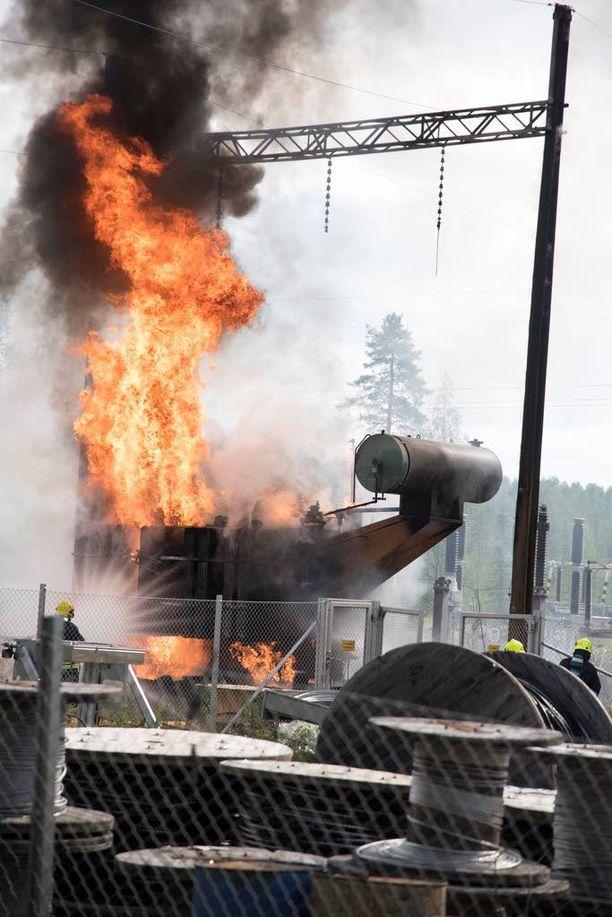 Liekit nousivat ylipalomiehen mukaan yli 15 metrin korkeuteen.