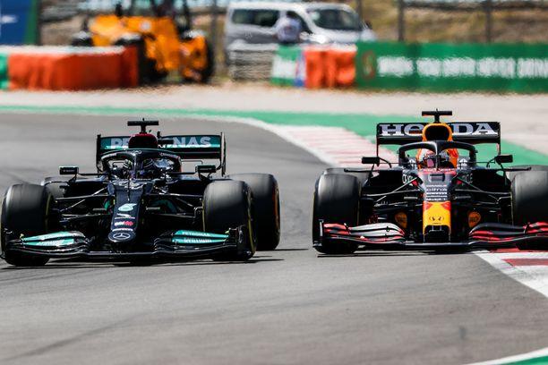 Lewis Hamilton ja Max Verstappen taistelivat rengas rengasta vastaan.