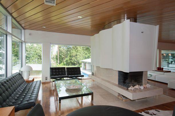 Talossa on seitsemän huonetta, useita vessoja, keittiö ja omaa rantaviivaa.
