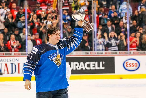 Aarne Talvitie pääsi nostamaan mestaruuspokaalia Vancouverissa.