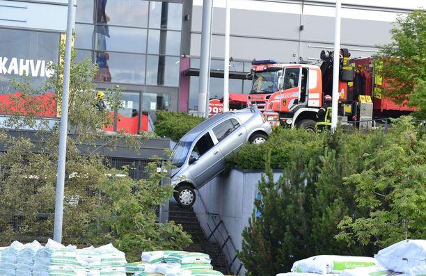 Auto jäi roikkumaan reilun kahden metrin korkeuteen.