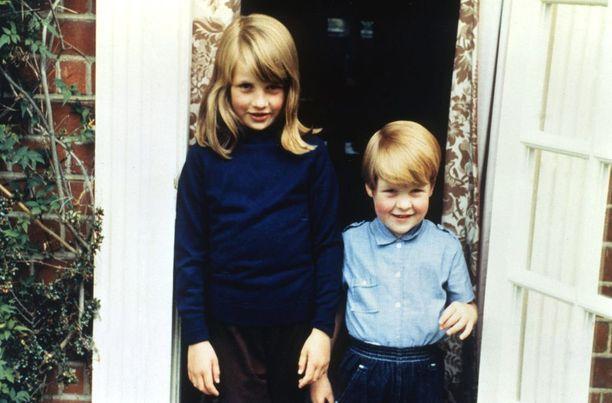Isosisko Diana huolehti pikkuveljestään Charlesista. Kuva vuodelta 1969.