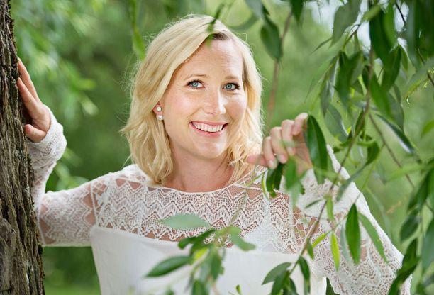 Toimittaja Inka Henelius on toinen lähetyksen juontajista.