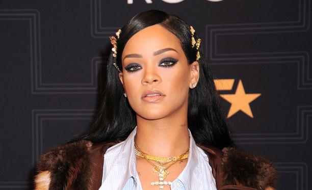 Rihanna valtaa muoti- ja meikkialaa.