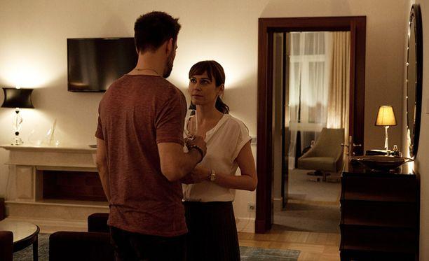 2 yötä aamuun -elokuvaa tähdittävät Mikko Nousiainen ja Marie-Josée Croze.