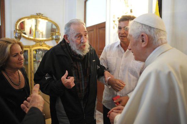 Paavi Benedictus XVI tapasi Fidelin vuonna 2012, vaikka olikin vahvasti eri mieltä hänen tavastaan johtaa Kuubaa.