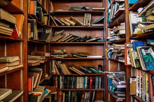 Hyllyillä on yhä runsaasti kirjoja.