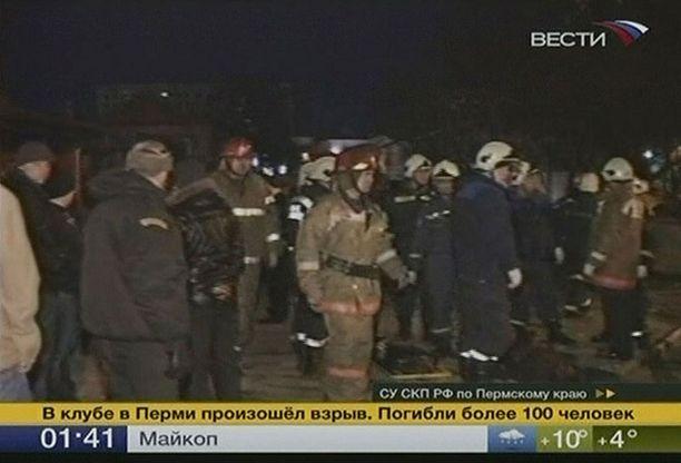 Venäläiskanava lähetti kuvaa turmapaikan edestä. Yökerhon tulipalossa kuoli yli 100 juhlijaa myöhään perjantai-iltana.