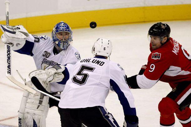 Tamba Bayn Antero Niittymäki ja Mattias Öhlund sekä Ottawa Senatorsin Milan Michalek pitävät katseen kiekossa.
