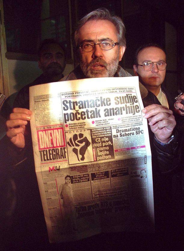 Dnevni Telegraf -lehteä julkaissut Slavko Curuvija salamurhattiin kesken Kosovon sodan. Kuva marraskuulta 1998, jolloin poliisit olivat takavarikoineet lehden koko painoksen.