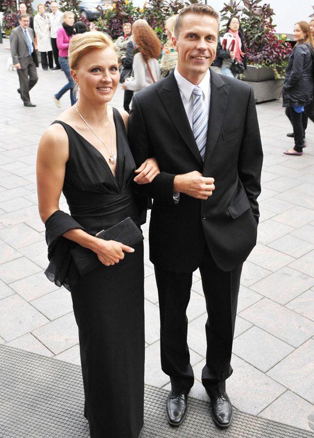 Toimitusjohtaja Jari Sarasvuo ja ex-huippuhiihtäjä Virpi Kuitunen avioituvat tulevana kesänä näyttävästi.