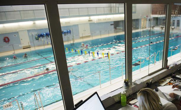 Uimahallin valvontakameroille tallentui, kuinka altaassa väijynyt mies lähti tulemaan tyttöä kohti. (Kuvan valvomo ja henkilöt eivät liity tapahtumaan).