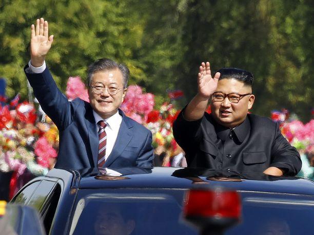 Koreoiden johtajat kulkivat Pjongjangin keskustan läpi autoparaatissa.
