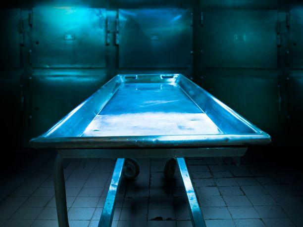 Sairaalan mukaan ruumis luovutettiin koskemattomana poliisille sinetöidyssä ruumispussissa ja ulkomaalaisen kuolemasta ilmoitettiin asianmukaisesti.