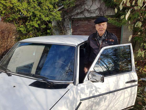 Omaa autokoulua yli 31 vuotta Jämsässä pitänyt Heikki Isännäinen, 99, ajoi viimeiset metrit Mersullaan.